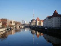 Los edificios reflejaron en un río en Berlín, Alemania Foto de archivo