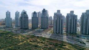 Los edificios residenciales sacan la antena del tiro almacen de video