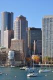 Los edificios y los barcos de navegación urbanos en Boston se abrigan Imagen de archivo
