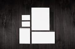 Los efectos de escritorio fijaron para la identidad corporativa en fondo negro de madera del nior Imite para arriba para califica foto de archivo