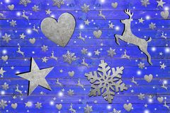 Los Eisenstern, Herz, liebes und Schneeflocke auf verwittertem blauem hölzernem Brett Lizenzfreie Stockbilder
