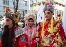 Los ejecutantes chinos en traje tradicional en el Año Nuevo lunar chino desfilan en París, Francia Fotografía de archivo libre de regalías