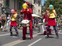 Los ejecutantes de la calle inflan los globos coloreados Foto de archivo libre de regalías
