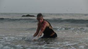 Los ejecutantes de la muchacha bailan trucos acrobáticos en el agua almacen de metraje de vídeo