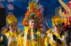 Los ejecutantes en traje tradicional en el Año Nuevo lunar chino desfilan en París, Francia Imágenes de archivo libres de regalías