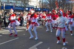 Los ejecutantes en traje tradicional en el Año Nuevo lunar chino desfilan en París, Francia Fotografía de archivo