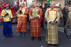 Los ejecutantes en traje tradicional en el Año Nuevo lunar chino desfilan en París, Francia Fotografía de archivo libre de regalías