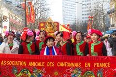 Los ejecutantes en traje tradicional en el Año Nuevo lunar chino desfilan en París, Francia Imagenes de archivo