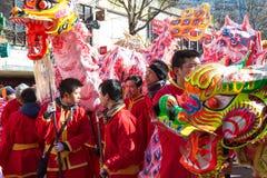 Los ejecutantes en traje tradicional en el Año Nuevo lunar chino desfilan en París, Francia Foto de archivo libre de regalías