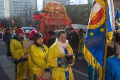 Los ejecutantes en traje tradicional en el Año Nuevo lunar chino desfilan en París, Francia Fotos de archivo