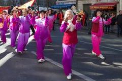 Los ejecutantes en traje tradicional en el Año Nuevo lunar chino desfilan en París, Francia Imagen de archivo libre de regalías
