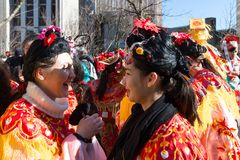 Los ejecutantes en traje tradicional en el Año Nuevo lunar chino desfilan en París, Francia Fotos de archivo libres de regalías