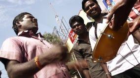 Los ejecutantes jovenes de la calle juegan la música y las danzas, primer lanzamiento de la película del día en teatro en la Indi almacen de video