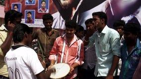 Los ejecutantes jovenes de la calle juegan la música y las danzas, primer lanzamiento de la película del día en teatro en la Indi almacen de metraje de vídeo