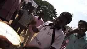 Los ejecutantes jovenes de la calle juegan la música y las danzas, primer lanzamiento de la película del día en teatro en la Indi metrajes