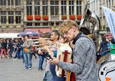 Los ejecutantes urbanos participan en actividades en Grand Place Imagen de archivo libre de regalías
