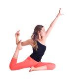 Los ejercicios practicantes de la yoga/la paloma real presentan - Eka Pada Rajakapotasana foto de archivo