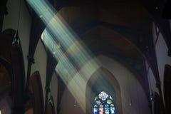 Los ejes ligeros fluyen en ventana de la iglesia Foto de archivo libre de regalías