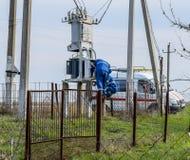 Los electricistas reparan el transformador eléctrico Equipo de la reparación en el camino fotografía de archivo