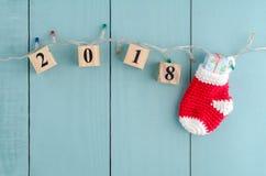 Los elementos colgantes del Año Nuevo 2018 con la Navidad roja pegan w colgante Imagen de archivo libre de regalías