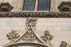 Los elementos de la decoración del tracery de una fachada del ayuntamiento en el Arras francés de la ciudad imagen de archivo