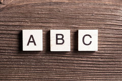 Los elementos de madera con las letras recogieron en el ABC de la palabra Imagenes de archivo