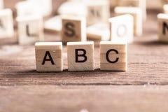 Los elementos de madera con las letras recogieron en el ABC de la palabra Fotos de archivo libres de regalías