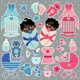 Los elementos para el bebé del mulato hermanan el muchacho y a la muchacha Imagen de archivo
