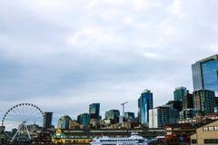 Los embarcaderos de la costa atracan la bahía de Seattle Elliott de la noria de la aguja de los edificios fotografía de archivo