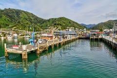 Los embarcaderos del puerto deportivo de Picton, Nueva Zelanda, con la ciudad más allá fotografía de archivo libre de regalías
