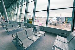 Los emiratos acepillan en el aeropuerto de Chopin en Varsovia Imagenes de archivo
