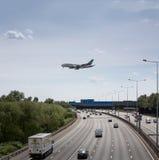 Los emiratos acepillan M25 que cruza antes de aterrizar en el calor Imagen de archivo libre de regalías
