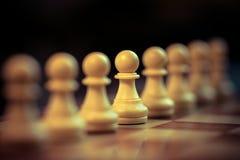Los empeños clásicos del ajedrez se alinearon foto de archivo