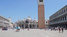 Los emplazamientos turísticos, mucha gente caminan en las marcas del St ajustan en catedral y campanil del fondo contra el cielo  metrajes