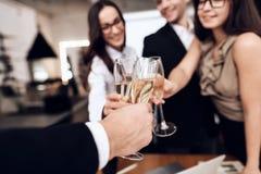 Los empleados de la compañía beben las bebidas alcohólicas después de una reunión de negocios imágenes de archivo libres de regalías