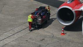 Los empleados del aeropuerto trajeron una carretilla con equipaje metrajes