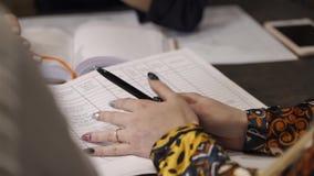Los empleados están haciendo notas en una libreta almacen de video