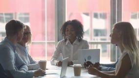 Los empleados multiculturales motivados felices combinan a los hombres de negocios que dan arriba cinco almacen de video