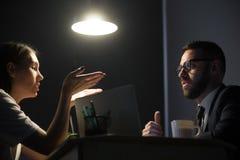 Los empleados que tienen la discusión y negocio disputan en oficina en cerca imagen de archivo