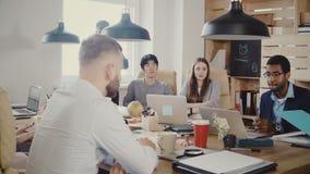 Los empleados serios hablan con el jefe femenino irreconocible en la reunión Los oficinistas hablan con el CEO en la oficina mode metrajes