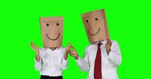 Los empresarios anónimos aplauden las manos y muestran el pulgar para arriba