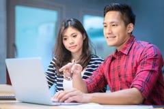 Los empresarios de negocio jovenes se inspiran y discusión para el plan de márketing Fotografía de archivo libre de regalías