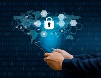 Los empresarios desbloqueados de la mano del teléfono de Internet de la cerradura del smartphone presionan el teléfono para comun imagen de archivo