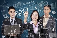 Los empresarios escriben el texto de una resolución en 2017 Fotografía de archivo libre de regalías
