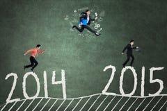 Los empresarios jovenes compiten para llegar en el número 2015 Fotografía de archivo libre de regalías