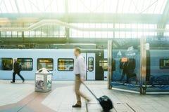 Los empresarios que conmutan en el statin del tren railroad la plataforma en a Imagen de archivo libre de regalías