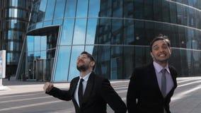 Los empresarios que saltan en el aire que celebra su victoria almacen de metraje de vídeo