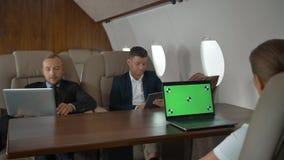 Los empresarios tienen reunión en jet corporativo almacen de video
