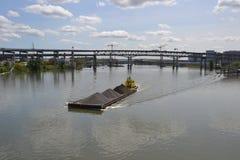 Los empujes amarillos del remolcador barge adentro Portland, Oregon imagen de archivo libre de regalías