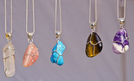 Los encadenamientos de la joyería en cuello con las piedras vendieron en feria. Foto de archivo libre de regalías